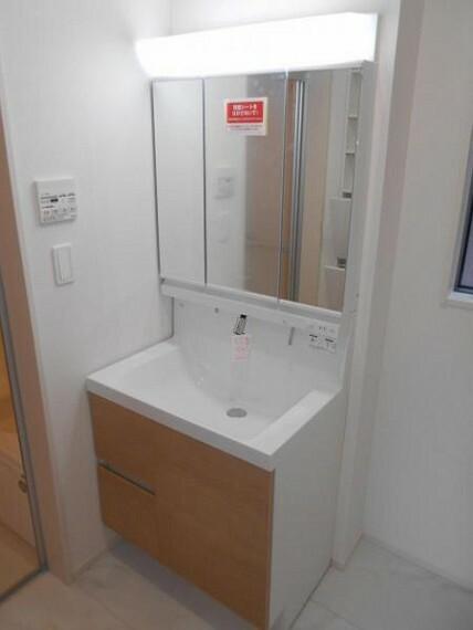 同仕様写真(内観) 【洗面化粧台】ミラーの内側に収納スペース付きで整理しやすい仕様!