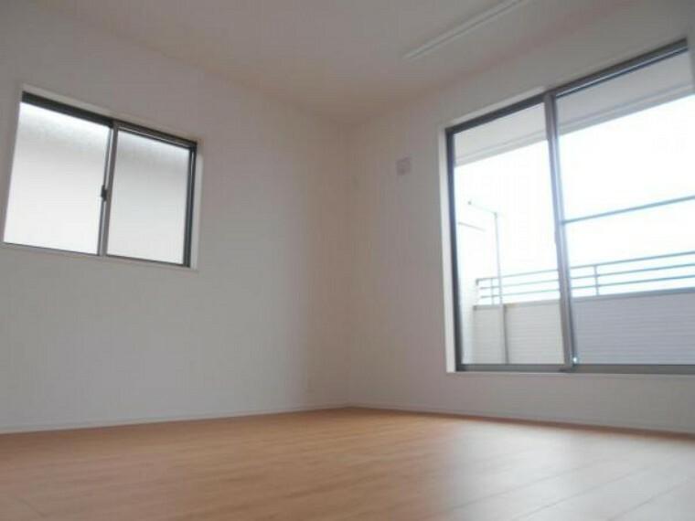 同仕様写真(内観) 【洋室】大きな窓から穏やかな日差しと爽やかな風の通り抜ける洋室。