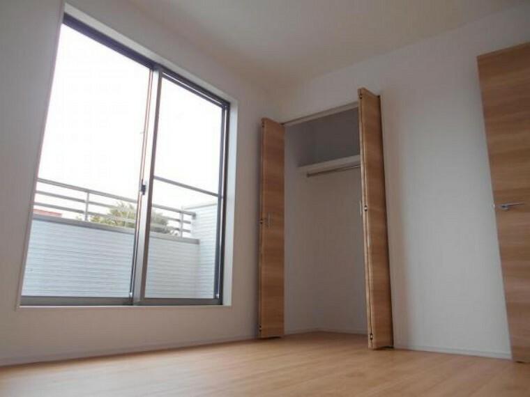 同仕様写真(内観) 【洋室】全洋室にクローゼットを完備。居室空間を最大限に使えるゆとりの快適スペースを実現。