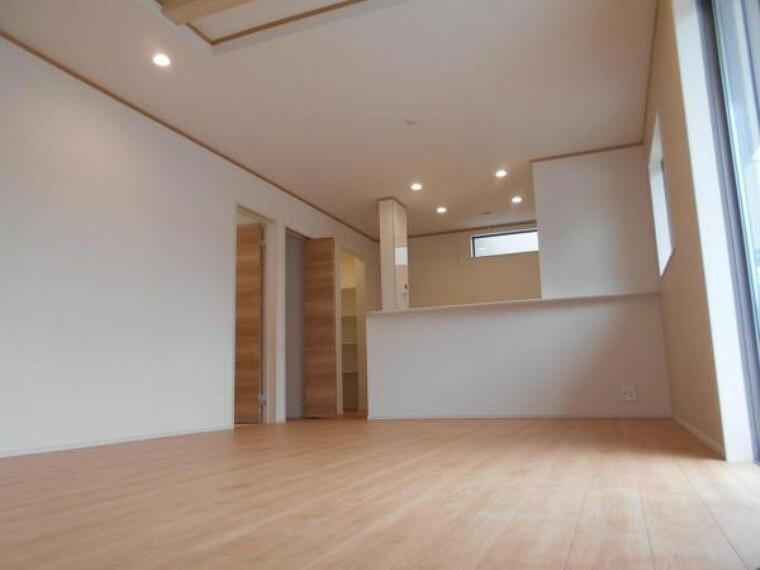 同仕様写真(内観) 【リビング】空間の広がりを演出する折上天井で奥行きのあるLDKに。