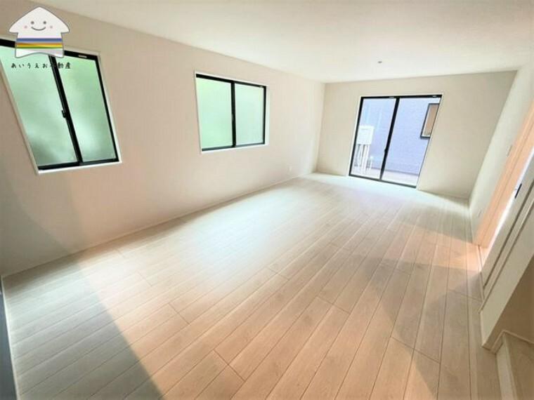 居間・リビング キッチンからリビングまで真っすぐな間取りで対面キッチンの良さを活かせ、家具の配置がしやすいLDKです。