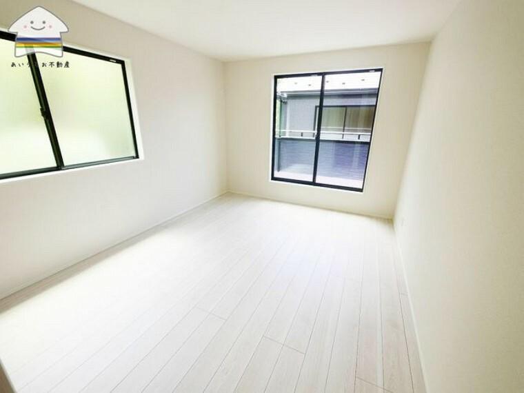 寝室 バルコニーに面した寝室は、明るく洗濯物の出し入れも楽々です