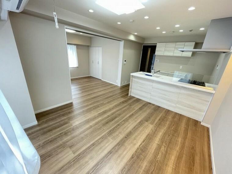 居間・リビング リビングを中心とした間取りが、明るいファミリー空間を実現 テレビを観たり、会話を楽しんだり、ご家族の思い出が育まれる場所です。