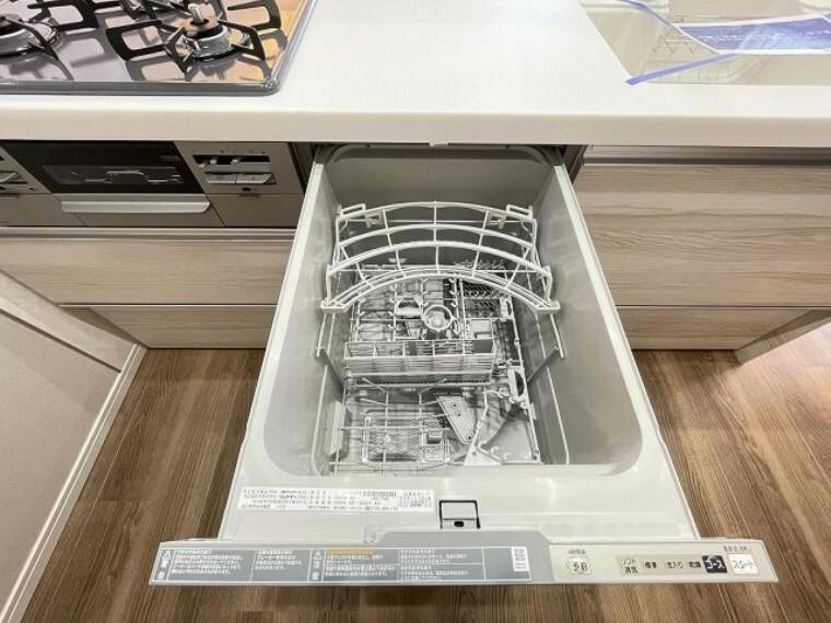 キッチン 食洗機付きなので、食後の家事が楽になりますね