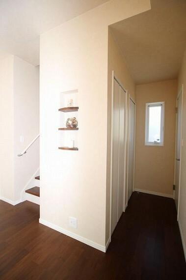 居間・リビング 1F階段下収納