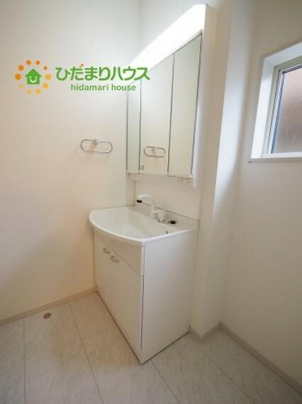 洗面化粧台 三面鏡裏収納には化粧品や洗面用品類をすっきり整理できます(#^^#)