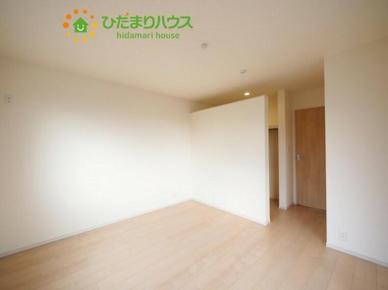 寝室 広めの主寝室は、ベッドの他にもパソコンデスクやドレッサーなども置けちゃいます(*^-^*)