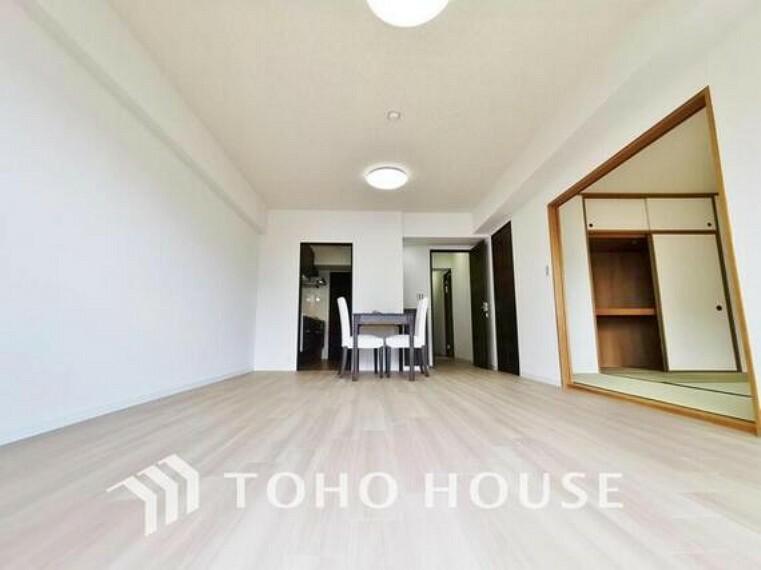 居間・リビング 造りこんだ空間演出の妙が生み出す光と質のハーモニーはこの住宅のクオリティの良さを実感させてくれます。