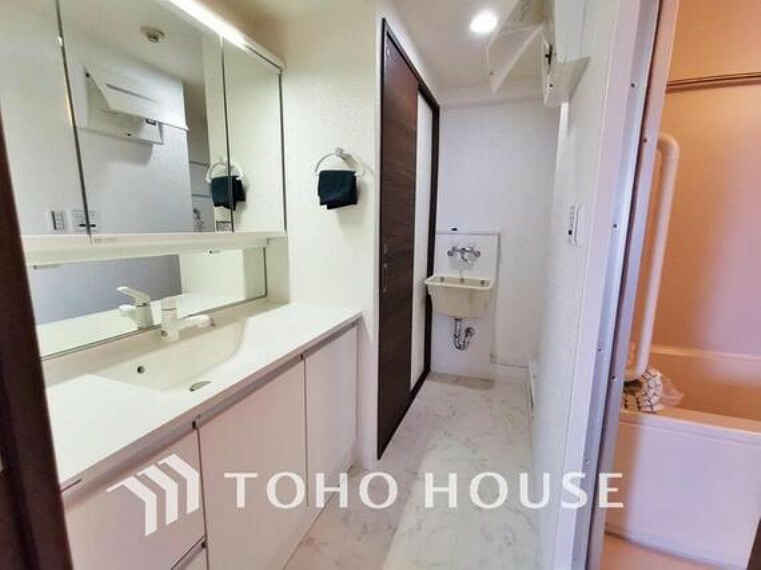 洗面化粧台 お家の中でも特にプライベートスペースとなる洗面所は、洗濯場所と浴室を同じ空間でまとめております。