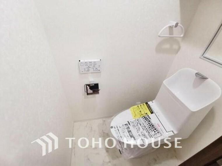 トイレ ホワイトで統一された清潔感ある空間は手洗い一体型のトイレ設備です。