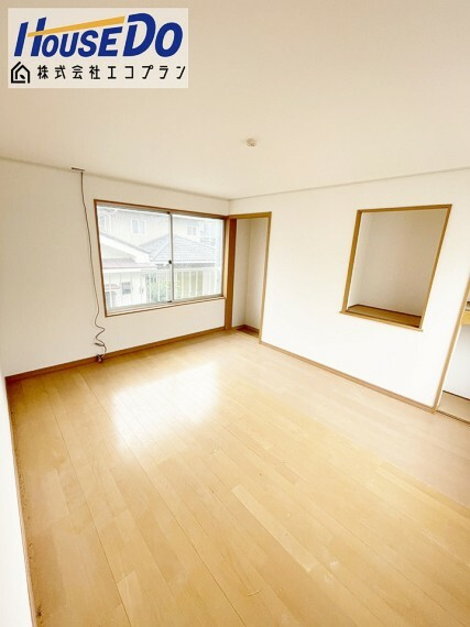 洋室 2階は洋室が1部屋あり、 2面採光でお部屋が明るく開放的です