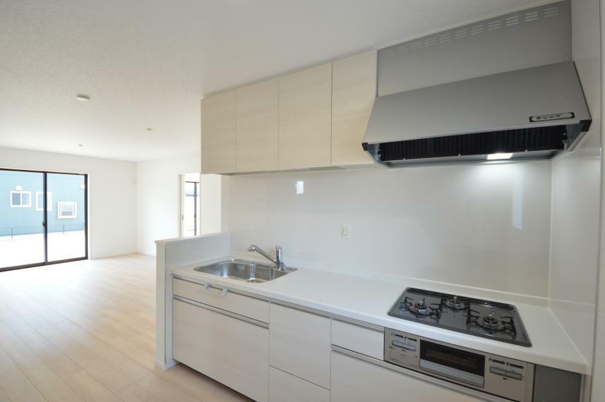 ダイニング (同仕様写真) キッチンからの配膳もスムーズにでき、家事の負担も軽減されます。