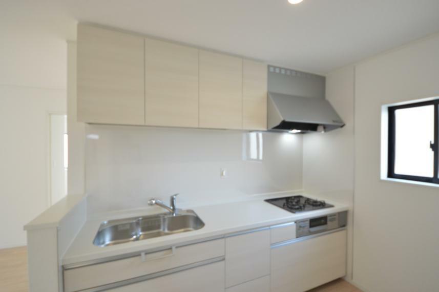 キッチン (同仕様写真) 収納部分はスライド式なので、重たい鍋などの調理器具も取り出しやすく、お料理のレパートリーが広がります。