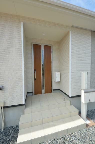 玄関 (同仕様写真) 目隠しにもなる屋根付き玄関ポーチ。彩り豊かにフラワーポーチにしたりとアレンジ自由自在。