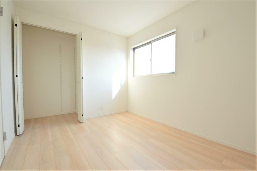 洋室 (同仕様写真) 心と体をゆったりと安らげる主寝室。寝室のゆとりが大きい分だけ、暮らしの安らぎは深まります。