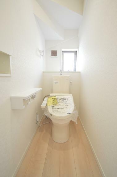 トイレ (同仕様写真) 快適な温水洗浄便座仕様です。トイレは1階・2階ともにございますので、朝の混雑時にも安心してお使い頂けます。