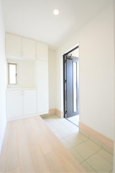 玄関 (同仕様写真) コの字型の玄関収納!お気に入りの小物を置いてお客様をお出迎えできます。