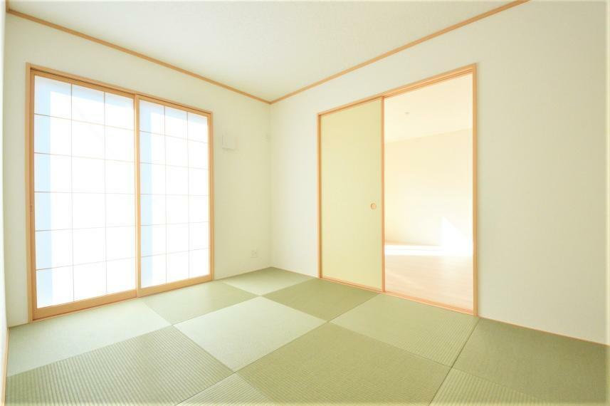 和室 (同仕様写真) リビングに隣接しているのでライフスタイルに合わせて幅広い活用ができる嬉しい空間です。和室にも収納がございますので、来客用のお布団や、座布団などを収納することが可能です!