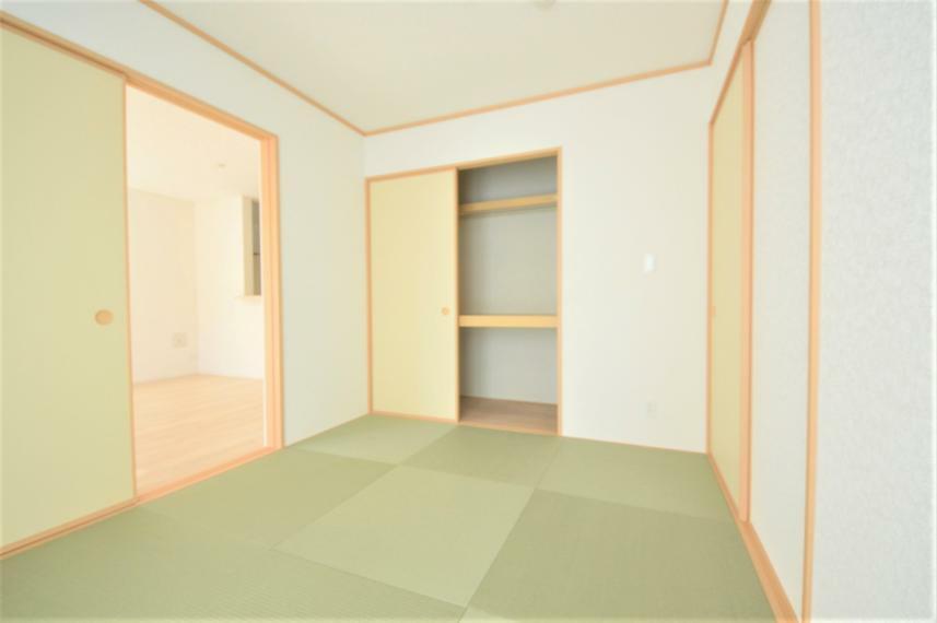 和室 (同仕様写真) リビング隣接の和室は扉を開放すればリビングとの広々空間に、閉じれば癒しの和の空間として寛げます。