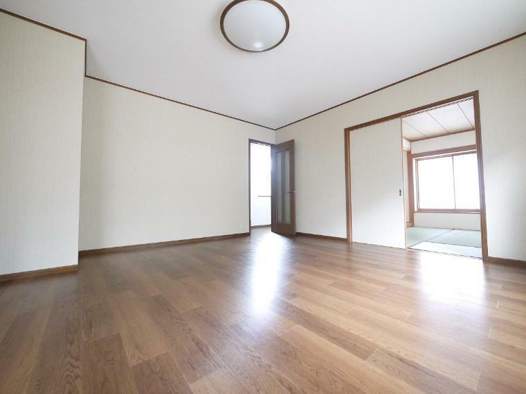 リビングダイニング 隣り合う和室を開放すれば、ひときわ広々とした空間になるリビングダイニング。