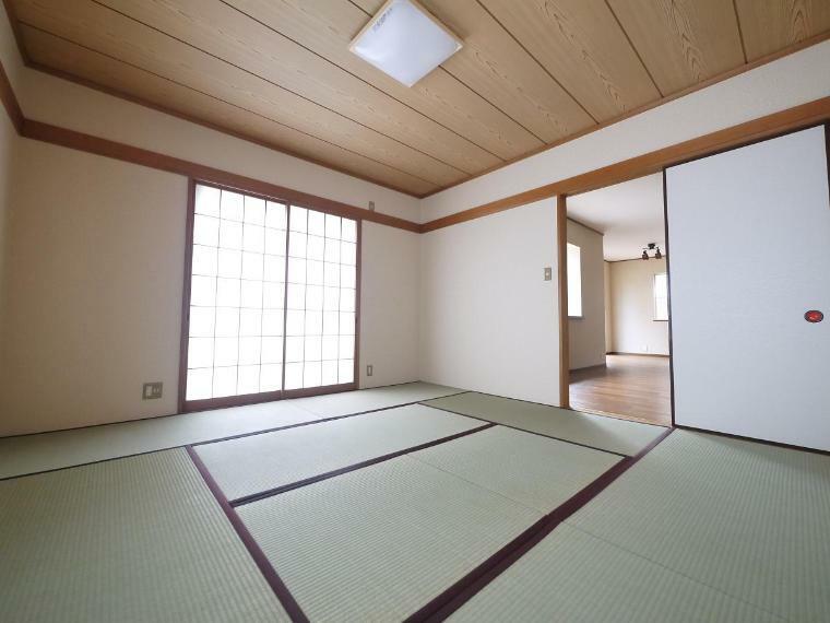 和室 2WAYに使える和室。ふすまを開ければリビングと一体に。閉じれば独立した和室に。お客様の宿泊にも対応できる頼もしい空間です。