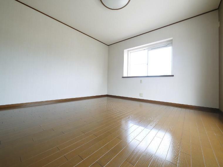 寝室 寛ぎの時間を紡ぎだす主寝室。大型ベッドを置いても余裕があります