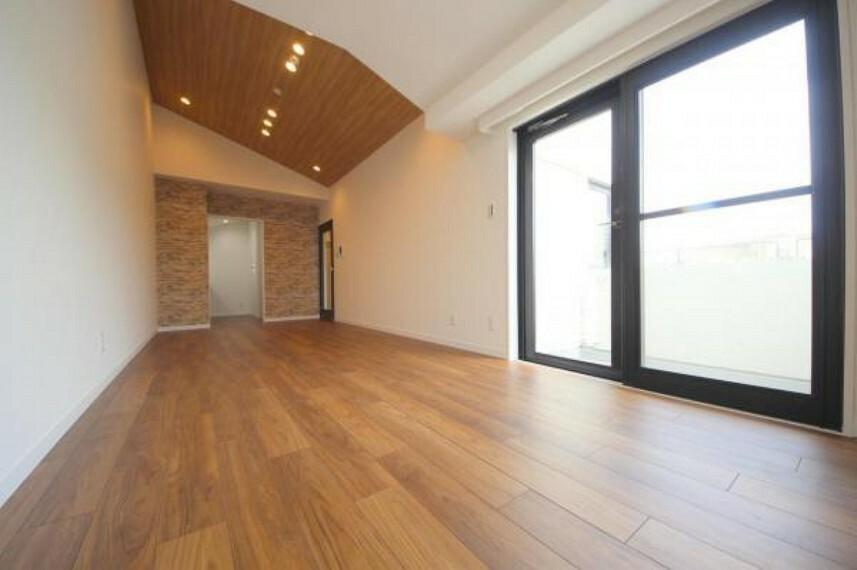 居間・リビング 最上階東南向きにつき陽当たり、眺望、通風良好です