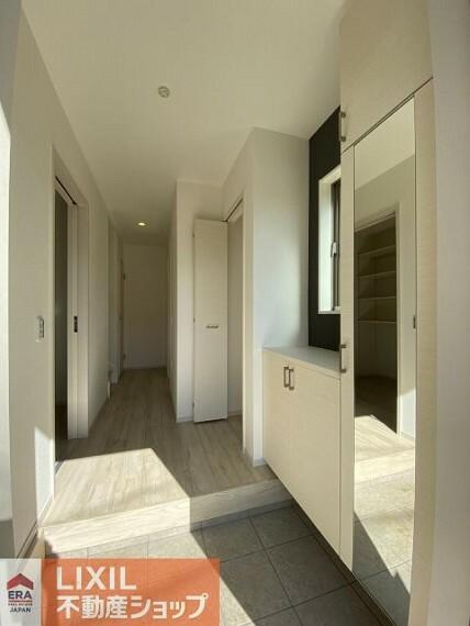 玄関 ゆったりと明るい玄関