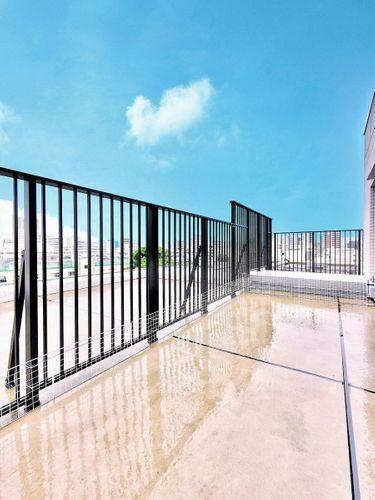 バルコニー 晴天の下に29.57平米のルーフバルコニー!日々の生活に潤いを満たしてくれます。