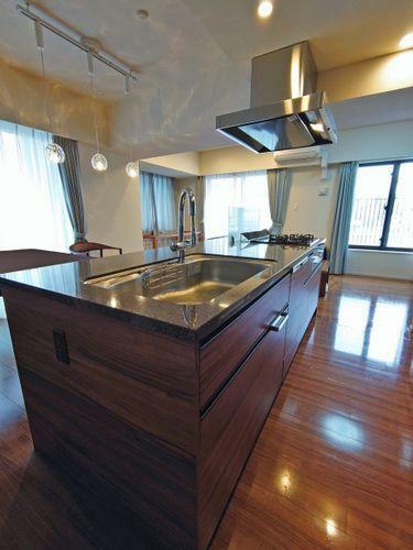 キッチン 理想的かつ重厚感のあるアイランドキッチン!毎日のお料理が楽しくなります。