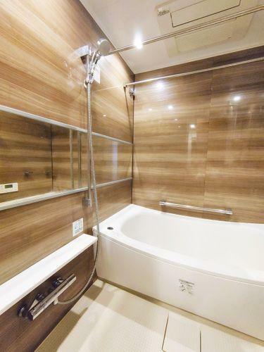 浴室 1日の疲れを取り心身を癒すことができる住まいの中のリラクゼーション空間、リラックスできるよう優しいカラーをチョイスしました。時を忘れるほどのんびりできる空間に。