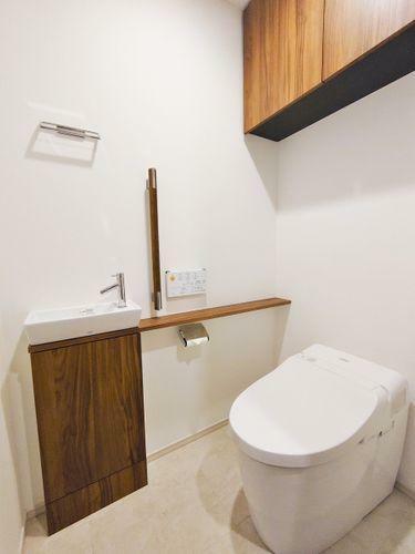 洗面化粧台 白を基調とし、清潔感のある空間となっています。