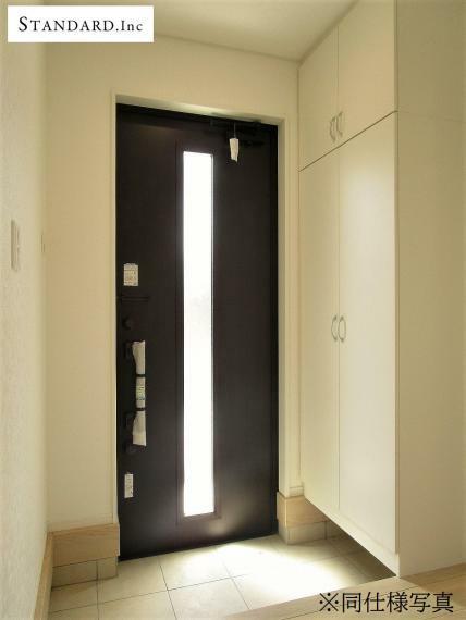 同仕様写真(内観) 【同仕様写真】玄関収納・人感センサー付玄関灯・電子キー