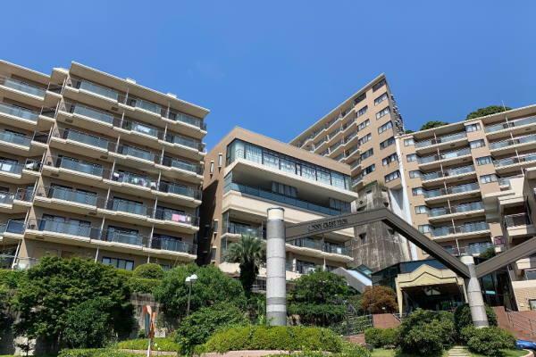 外観写真 山の中腹に所在する3棟構成の施設充実のマンション