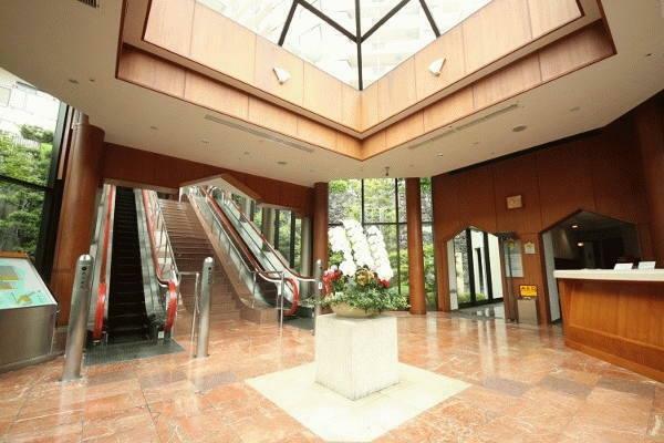 エントランスホール ホテルのような吹抜で明るいエントランス。各戸へ導くエスカレーターが印象的です