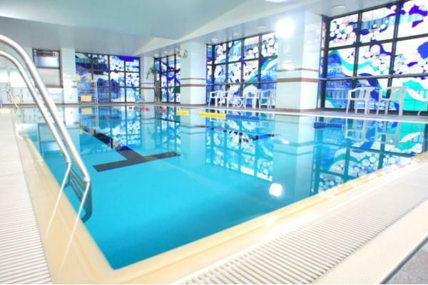 屋内温水プールは年中利用可能です。屋外プールは7/20~8/31の利用です
