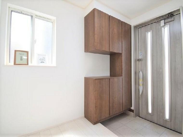 B号棟:玄関(同仕様施工例)・・・窓を配置しましたので、明るい玄関!シューズボックスが標準で付いております。