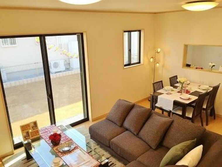 A号棟:リビング(同仕様施工例)・・・広々とした16帖のリビングは家具を置いてもゆとりのスペースが保てます。
