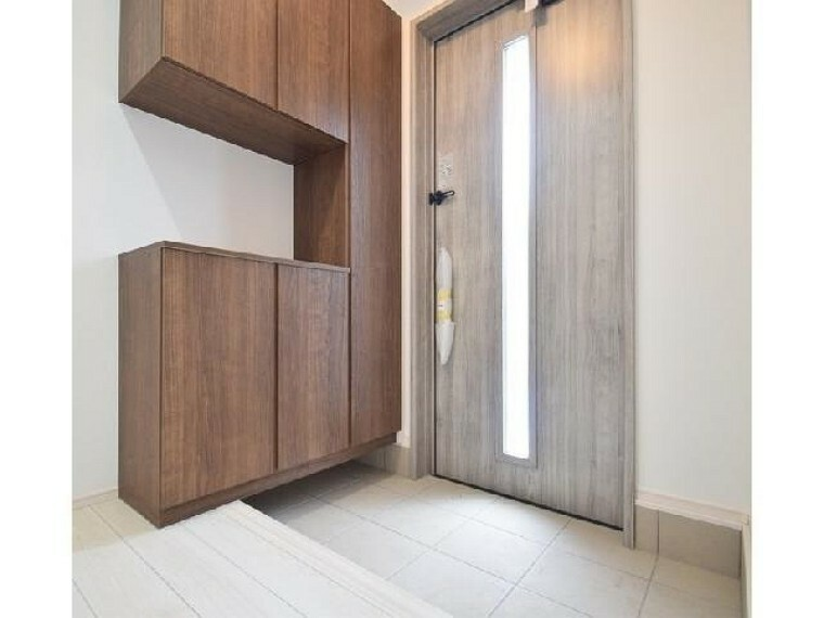 玄関(同仕様施工例)・・・大容量のシューズボックスのある玄関です!可動棚になっているので長さのあるブーツやハイヒールなどもきちんと収納可能です。
