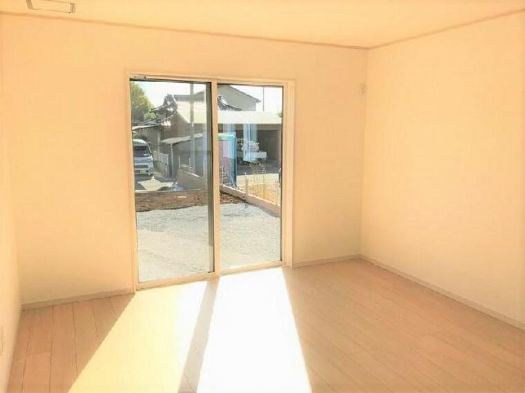 リビング(同仕様施工例)・・・17.5帖のリビングは、和室と続き間になっているので開放的な空間になっています。
