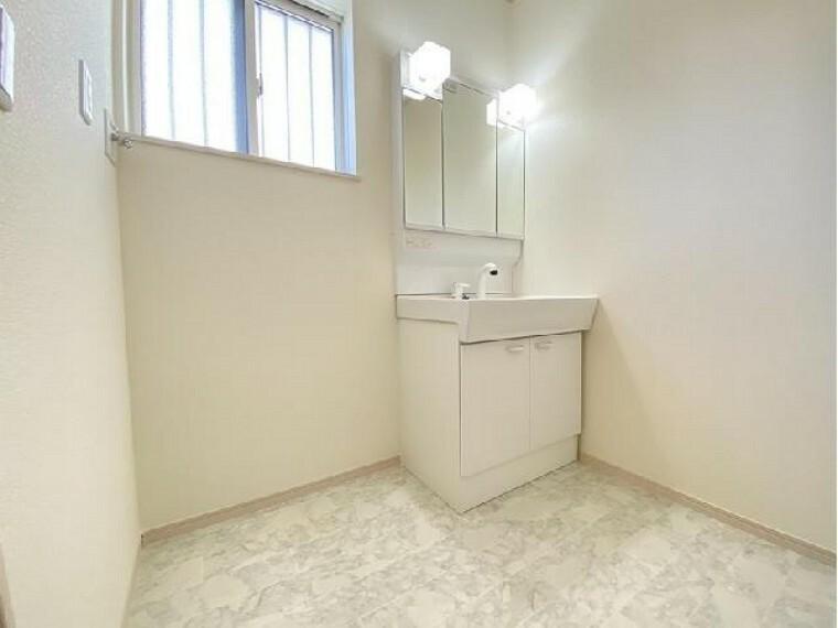 洗面(同仕様施工例)・・・三面鏡の裏はすべて収納になっていて歯ブラシや化粧品などすっきり収納出来ます。