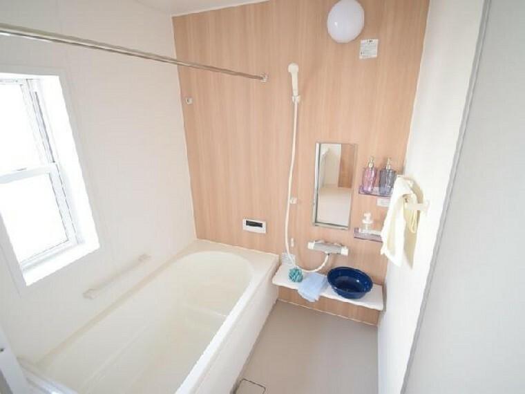 浴室(同仕様施工例)・・・ゆったりとしたバスルーム。暖房乾燥機付きなので雨の日のお洗濯も安心です。