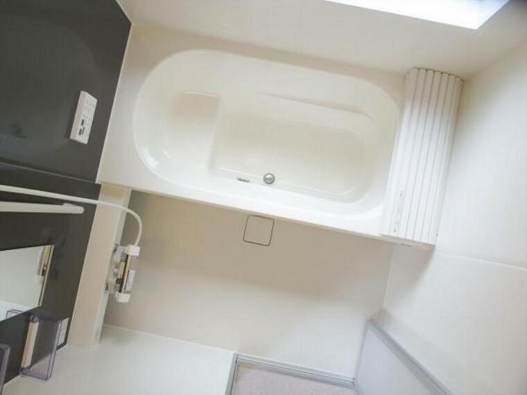 浴室 (同仕様写真)浴室は ハウステック製の1坪タイプ、新品のユニットバスに交換します。お湯の温度を設定したら、湯はり、追い焚き、保温がリモコンで操作できて、残業で遅くなっても温かなお風呂に入れます。