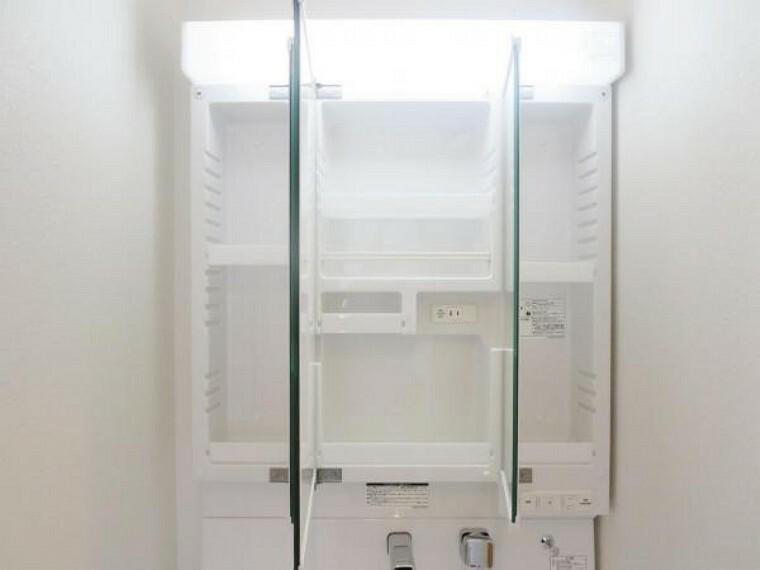 洗面化粧台 (同仕様写真)洗面台は新品交換します。伸縮する便利なシャワーヘッドに加え、ミラー裏の収納スペースで、整髪料などの小物も取り出しやすく散らかりません。