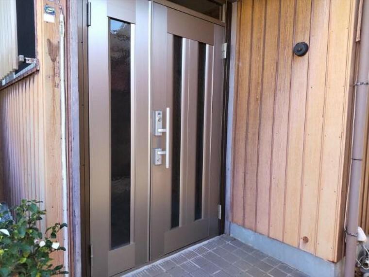 玄関 (リフォーム前)玄関は鍵の交換を予定しています。シリンダーごと交換し、以前の鍵は合わなくなりますので、安心して新生活をはじめられますよ。