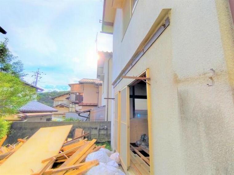 外観写真 【9月11日リフォーム中】お庭側からの外観です。外壁は塗装し、外壁や雨樋も、破損部については補修を行う予定です。外観が綺麗になり、安心してご入居いただけるようになります。