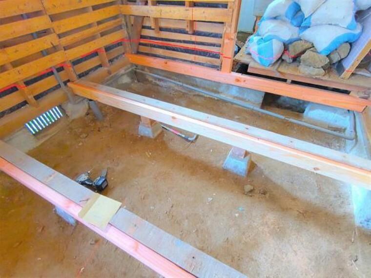 居間・リビング 【9月11日リフォーム中】隣の和室と繋げ、約12帖のLDKへと間取変更予定です。また、床はフロア材を上張りし、点検口を新設する予定です。