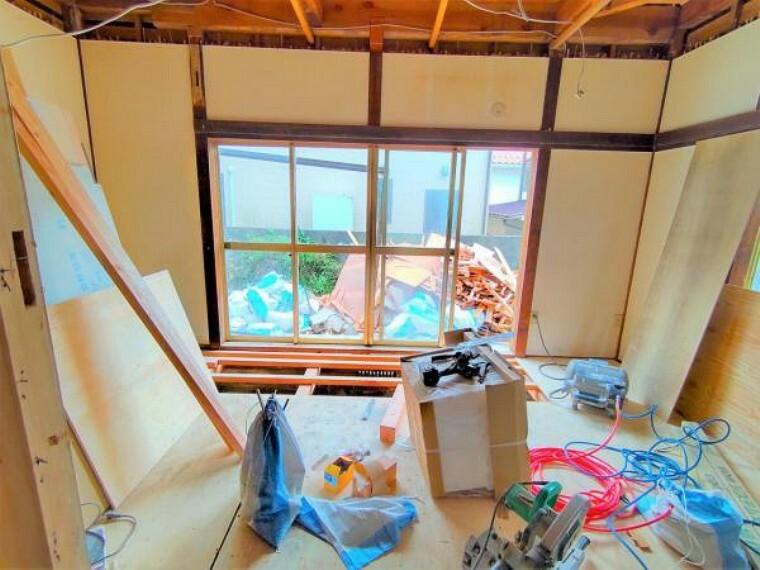 【9月11日リフォーム中】1階和室です。隣のリビングと繋げ、約12帖のLDKへ間取変更予定です。お庭に面した窓からはあたたかな光が射し込み、お部屋を明るく照らします。