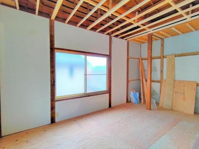 【9月11日リフォーム中】2階南側の和室です。こちらは和室から洋室へ変更予定です。南側に面した窓からは、あたたかな光が射し込みます。