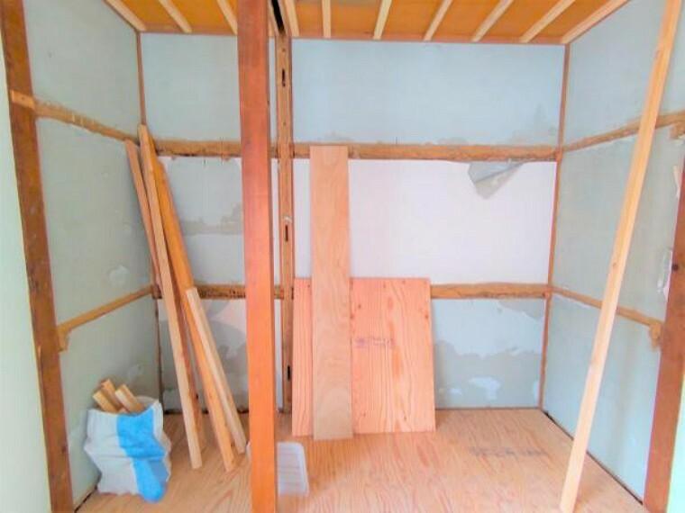 収納 【9月11日リフォーム中】2階南側和室の押し入れです。こちらは撤去し、約1.5帖のクローゼットを新設予定です。2階も収納完備で、お部屋をスッキリとお使いいただけるようになります。